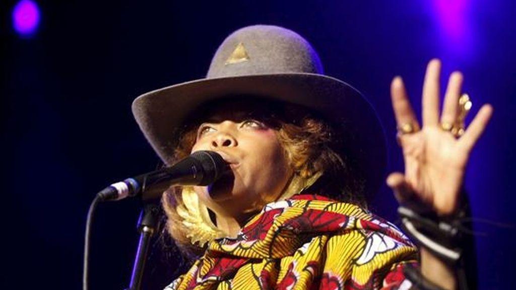 La cantante estadounidense de soul Erikah Badu, durante su actuación esta noche en el escenario Puerta del Ángel de Madrid, incluido en los Veranos de la Villa 2010. EFE