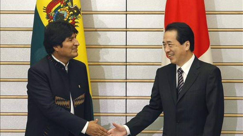 El presidente de Bolivia, Evo Morales (i) estrecha la mano del primer ministro japonés, Naoto Kan (d), con el que entre otras cosas firmará convenios para financiar un proyecto de energía en Potosí (suroeste de Bolivia), al inicio de una reunión en Tokio, Japón. EFE