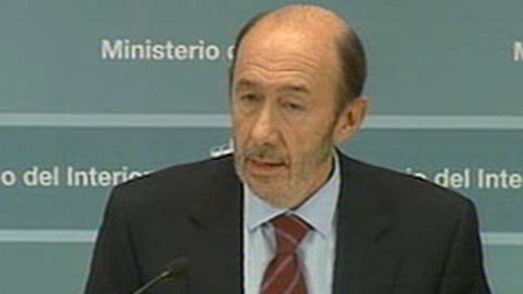 El vicepresidente Alfredo Pérez Rubalcaba ha comparecido de forma breve y sin preguntas para valorar el comunicado de ETA. Vídeo: ATLAS