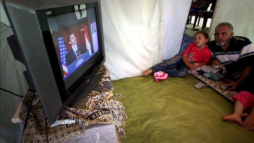 Una familia palestina escucha en Gaza el discurso del presidente estadounidense, Barack Obama. EFE
