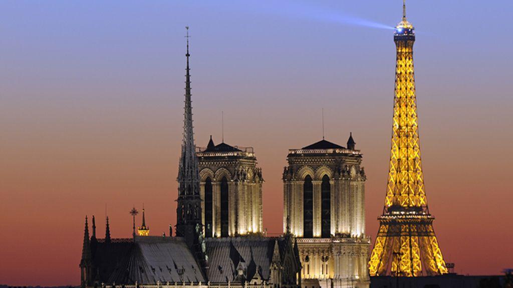 Fotografía nocturna de la Torre Eiffel