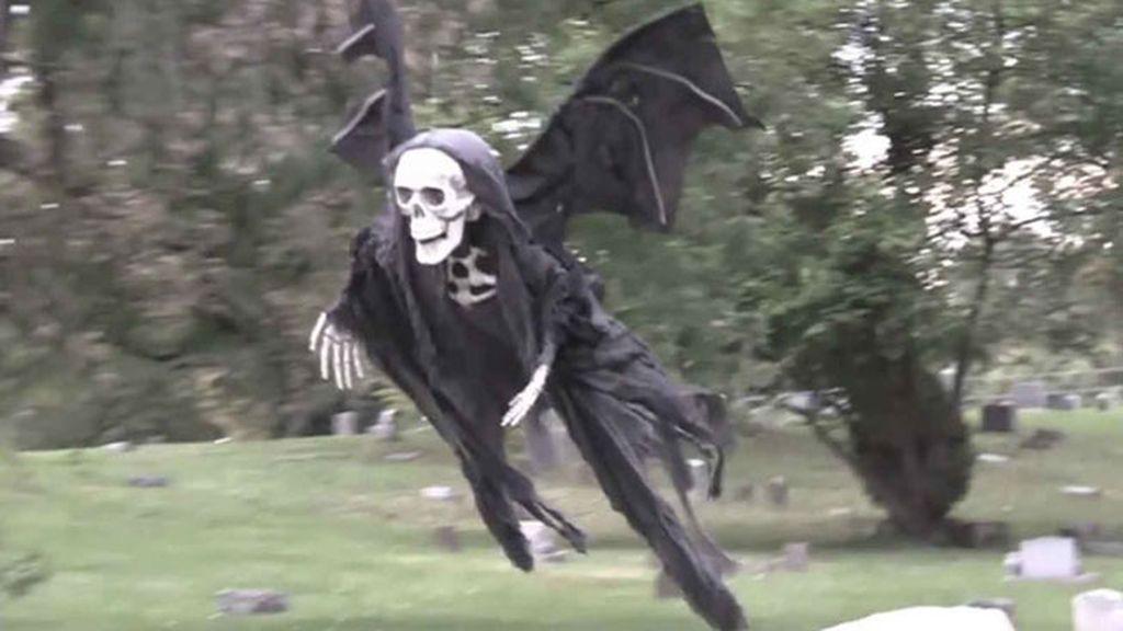 Esqueleto volante siembra el pánico