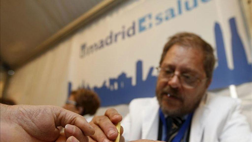 Un médico saca una muestra de sangre a un asistente a la celebración del Día Mundial de la Diabetes