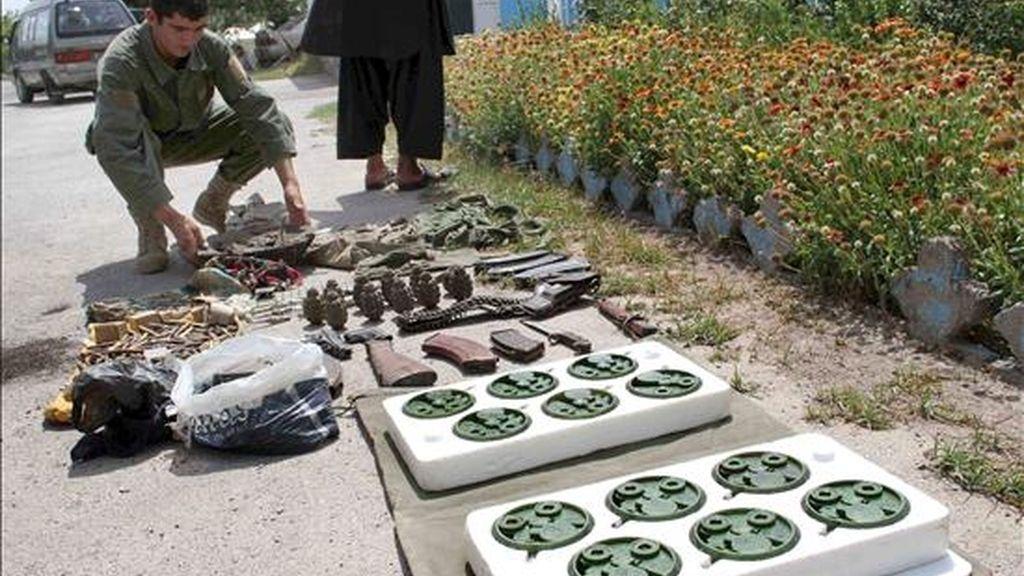 Miembros de las fuerzas de seguridad afganas inspeccionan el armamento y los explosivos que fueron confiscado a presuntos militantes talibanes en Herat, Afganistán. EFE