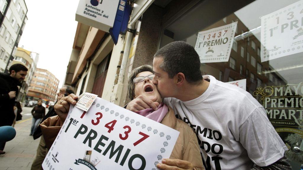Alegría del lotero que repartido el Gordo en La Coruña