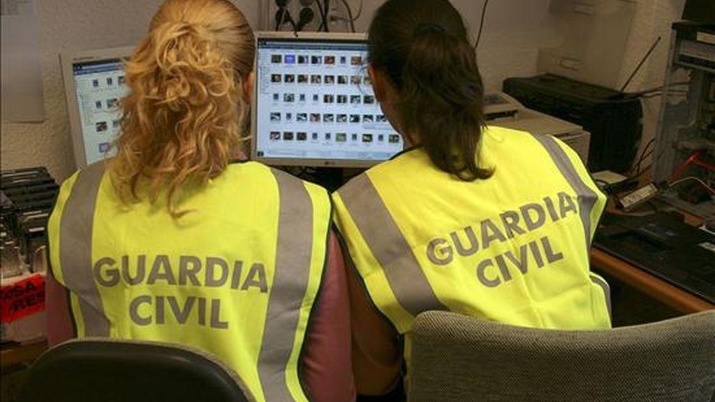 """La Guardia Civil, en una operación denominada """"Evarista"""" y desarrollada en quince provincias españolas, ha detenido a once personas y ha imputado a otras doce por su presunta implicación un delito de tenencia, exhibición y distribución de material pornográfico infantil a través de Internet. EFE"""