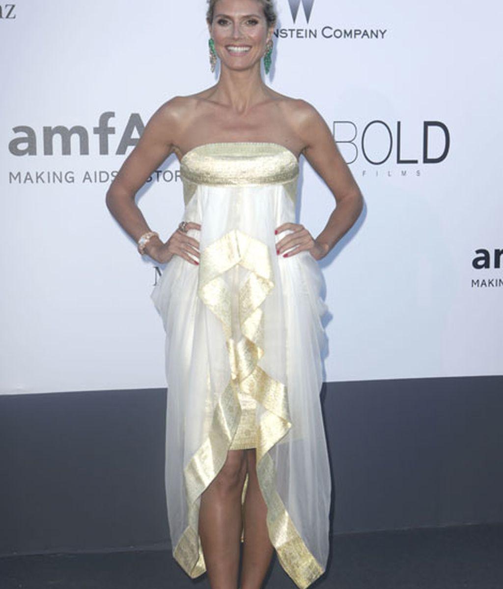 La modelo Heidi Klum, con un vestido palabra de honor de corte asimétrico