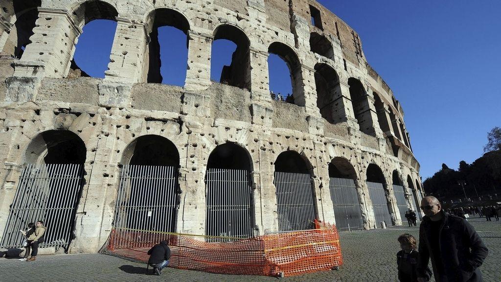 Se desprende un fragmento del Coliseo de Roma