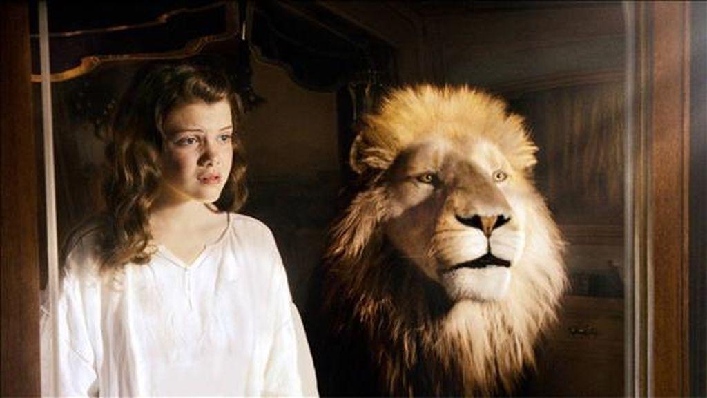 """Fotograma cedido por 20th Century Fox donde aparece la actriz Georgie Henley en el papel de Lucy junto al León Aslan, durante una escena de la película """"The Chronicles of Narnia: The Voyage of the Dawn Treader"""". EFE"""
