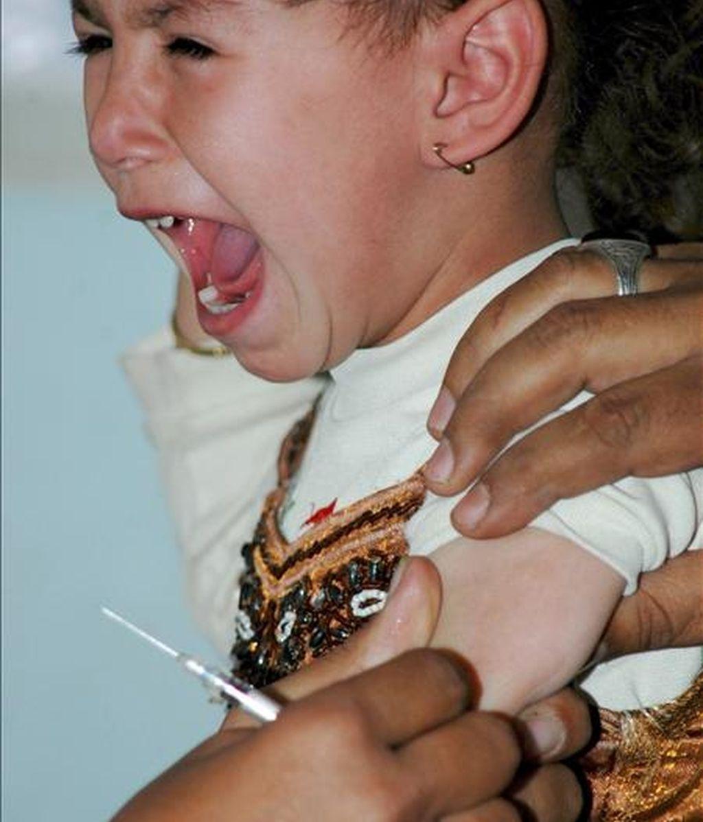 Una niña yemení llora mientras es vacunada en un centro de salud en Saná, Yemen. EFE/Archivo