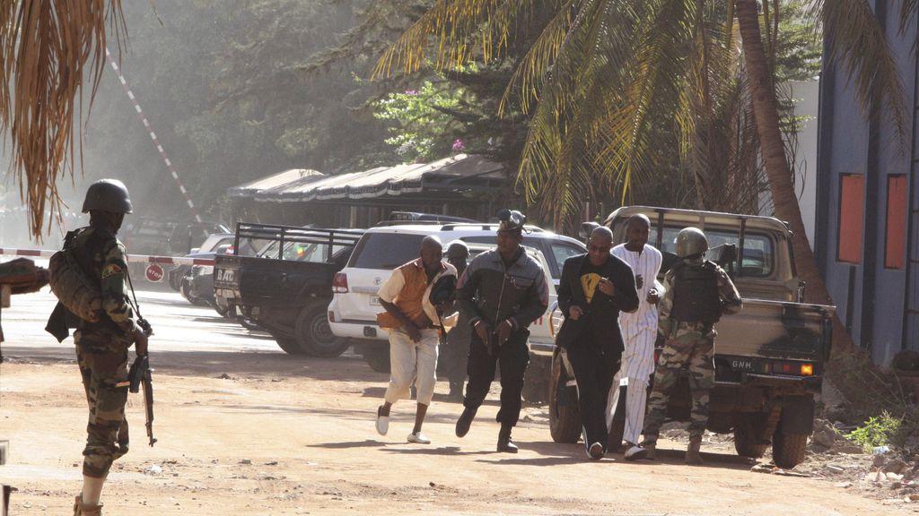 La gente sale corriendo del hotel Radisson en Bamako, asaltado por yihadistas