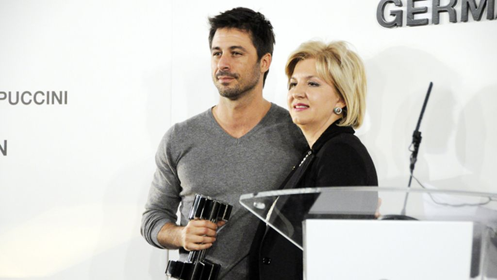 Hugo Silva recogió su premio de manos de María Ángeles Vidal