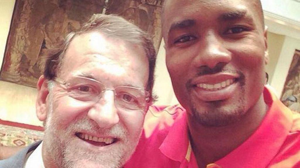 Ibaka, Falcao, Pinilla, Podolski, Khedira y Medel de 'selfie' con los políticos