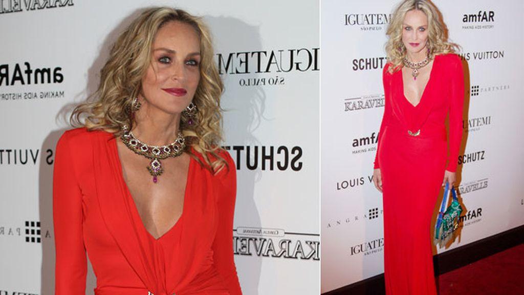 Sharon Stone, sexy de rojo y pronunciado escote