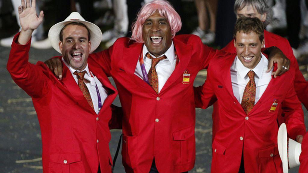 El jugador de waterpolo Iván Pérez, junto a dos de sus compaañeros, durante la ceremonia inaugural de los Juegos Olímpicos de Londres 2012