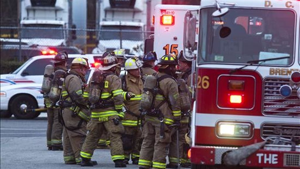Un equipo de bomberos se preparan para ingresar al edificio de una oficina postal de Washington D.C (EEUU) donde apareció un paqueto explosivo. EFE