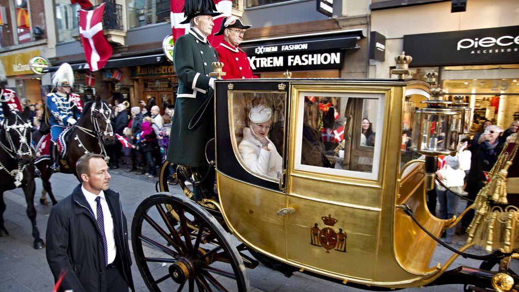 La Reina Margarita y su marido el príncipe Enrique pasean en carruaje por las calles de Copenhague