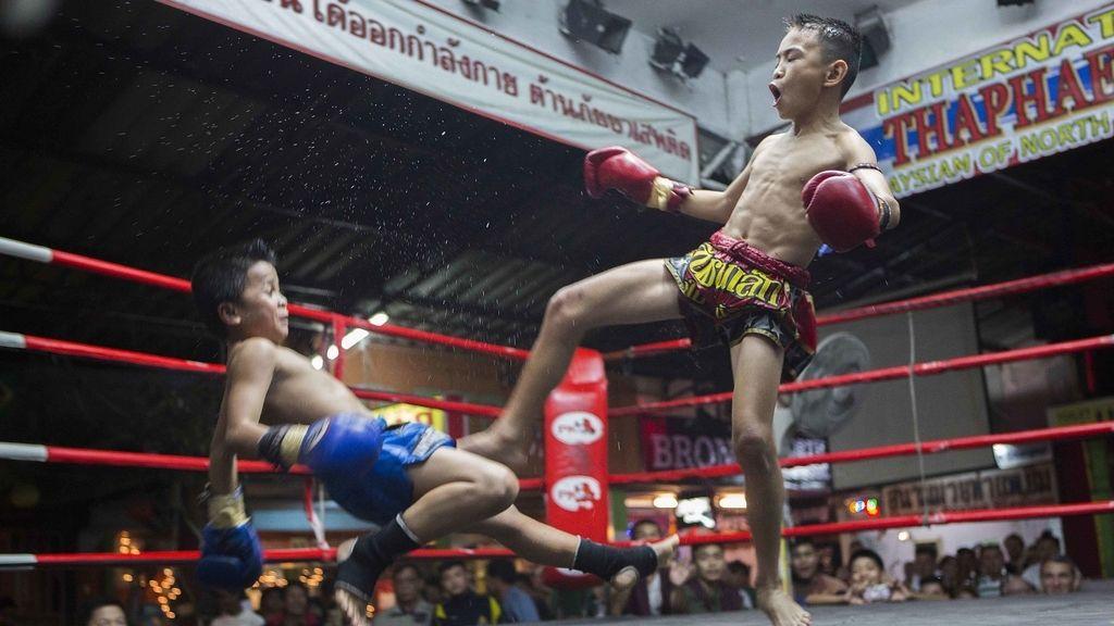 Focus es derribado por su oponente en el último asalto de su pelea en el estadio Thapae Muay tailandés en Chiang Mai.