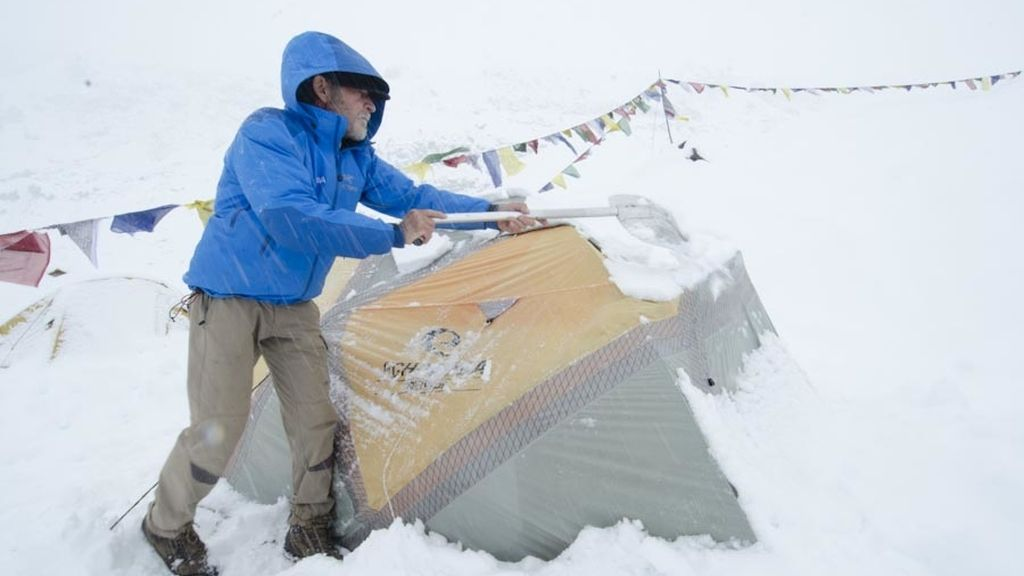La nevada les olbiga a regresar al campo base