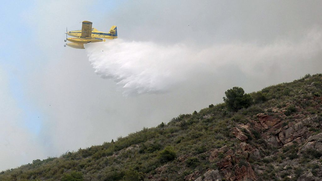 Catorce medios aéreos trabajan en la extinción del incendio forestal de La Vall d'Uixò
