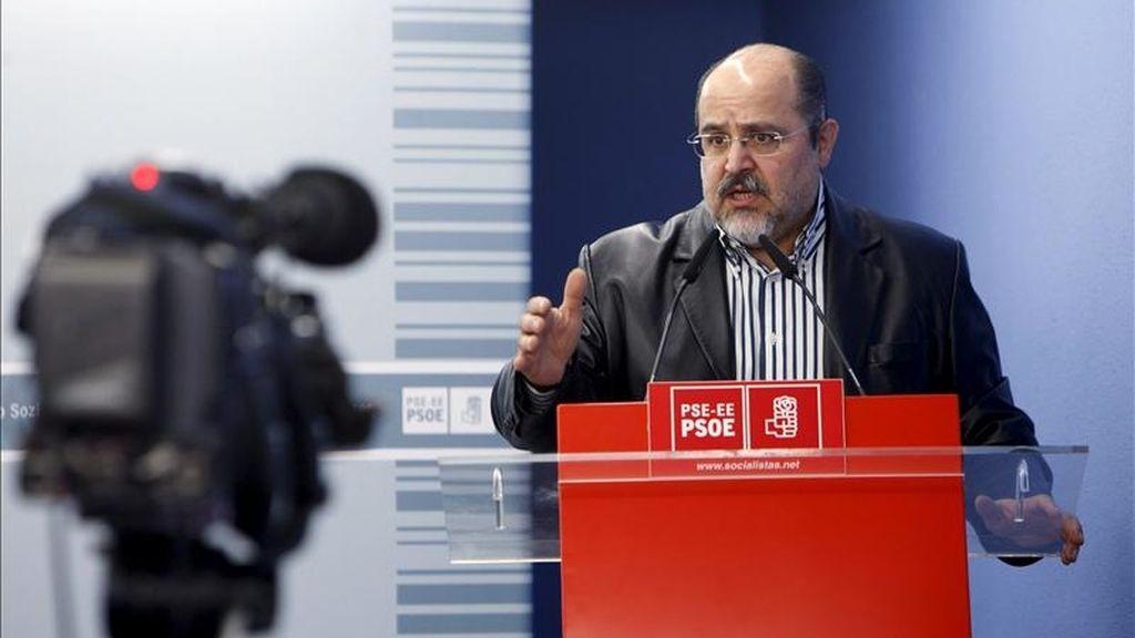El secretario general del PSE-EE en Álava, Txarli Prieto, interviene hoy en Vitoria en la inauguración de unas jornadas sobre la deslegitimación social de la violencia y el terrorismo organizadas por las juventudes de su partido. EFE
