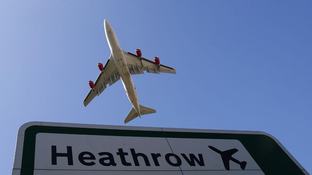 Un avión despega del aeropuerto londinense de Heathrow