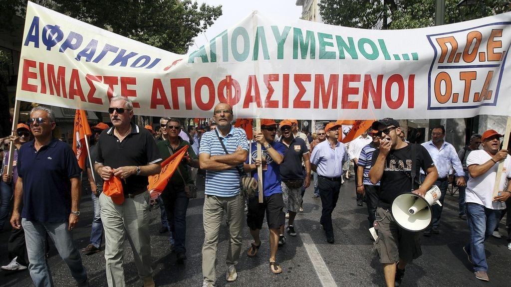 Funcionarios civiles durante una marcha ante el Ministerio de Finanzas en Atenas