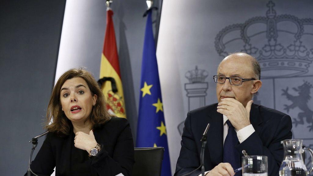 La vicepresidenta del Gobierno, Soraya Sáenz de Santamaría, y el ministro de Hacienda, Cristóbal Montoro