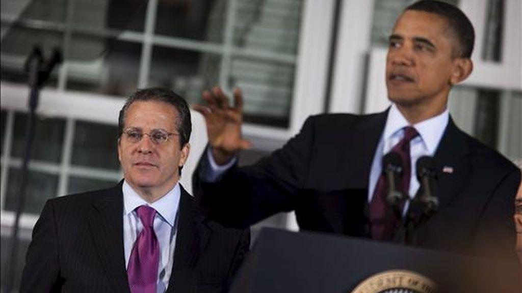El presidente estadounidense, Barack Obama (dcha), anuncia el nombramiento de Gene Sperling (izda) como director del Consejo Nacional Económico (NEC en inglés) y principal asesor económico, cargo que ya tuvo durante el mandato de Bill Clinton (1993-2001), durante su visita a la compañía Thompson Creek Window, en Landover, EEUU. EFE