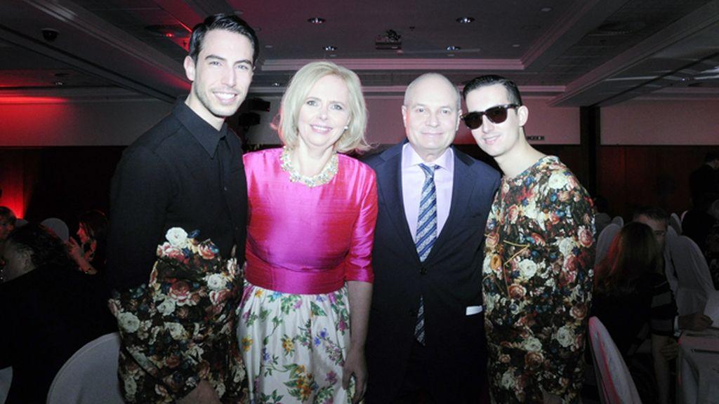 Posamos junto a Jana Sokolová y el Profesor Rubén Bild, vestidos de Ana Locking