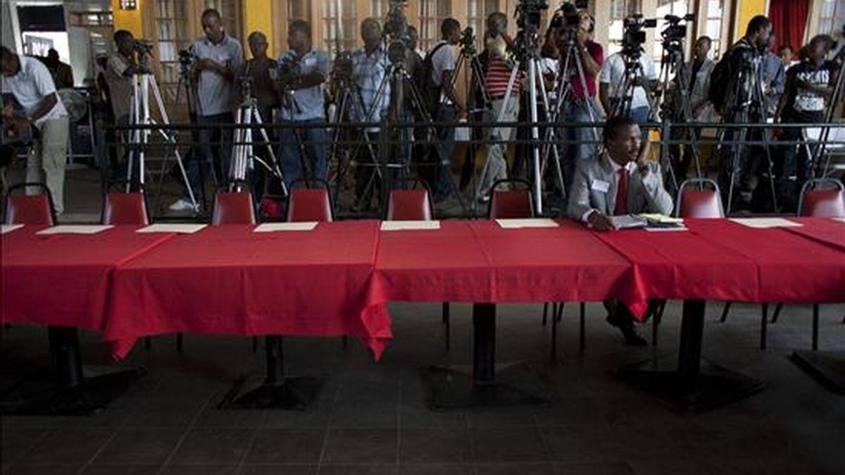 """El candidato a la Presidencia de Haití por el oficialista partido """"Inite"""", Jude Celestin, habla por teléfono, este 3 de diciembre, antes de una rueda de prensa en Puerto Príncipe (Haití). EFE"""