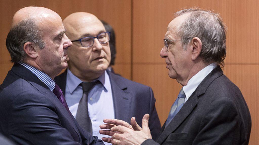 """De Guindos, optimista sobre un acuerdo con Grecia pero """"dentro de las normas"""""""