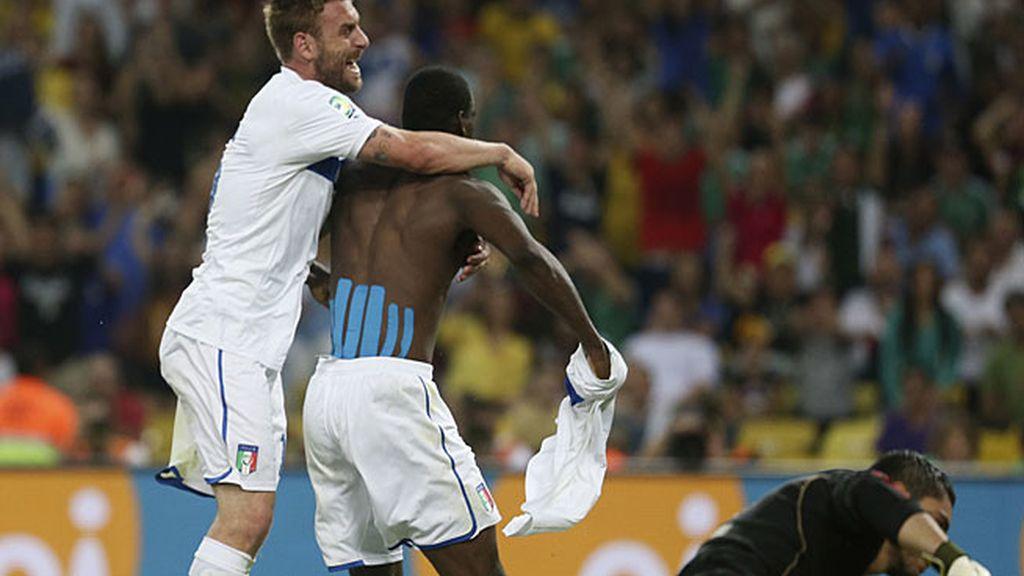 Balotelli celebra el gol del triunfo de Italia
