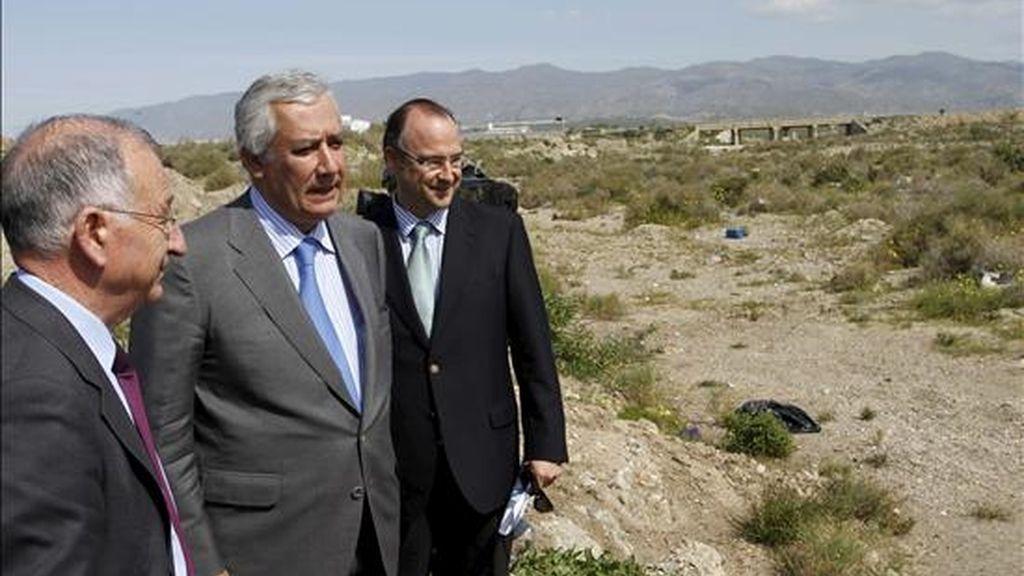 El presidente del PP andaluz, Javier Arenas (2i), junto al alcalde de Almería, Luis Rogelio Rodríguez Comendador (d) y el presidente almeriense del PP, Gabriel Amat (i), durante la visita que han realizado a los terrenos de la deuda histórica de El Toyo. EFE