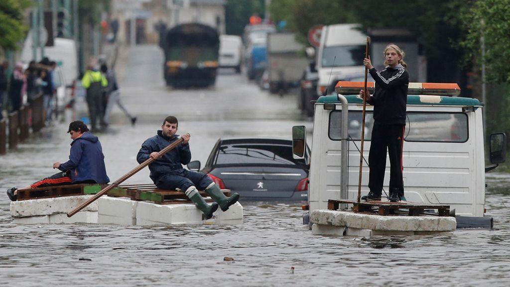 Vecinos de París tratan de ponerse a salvo de la crecida del Sena