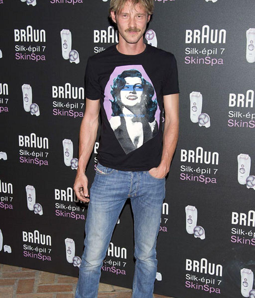 El look informal de Eloy Azorín con vaqueros y camiseta