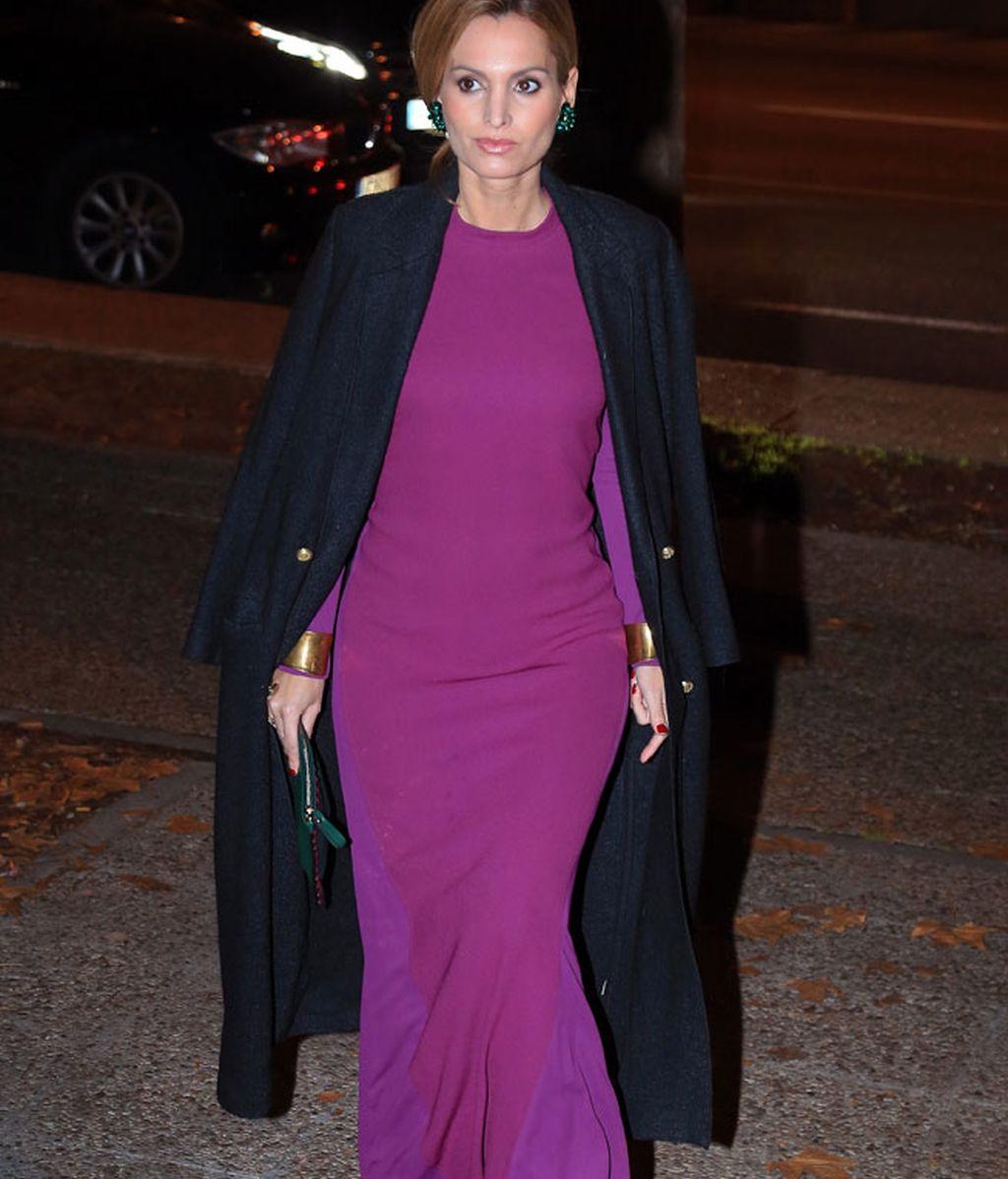 Andrea Pascual con vestido púrpura y abrigo largo