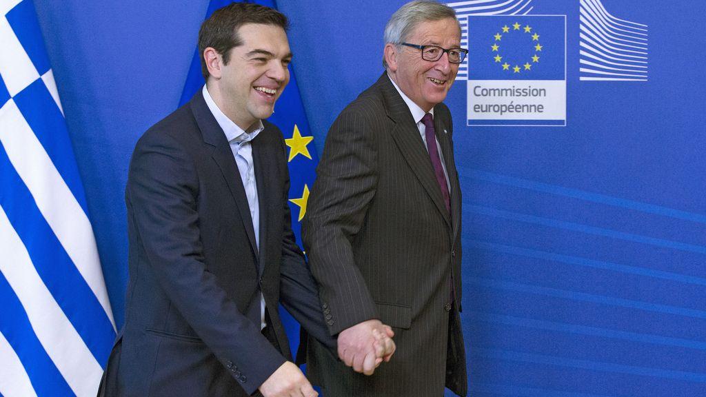 Tsipras y Juncker de la mano antes de su reunión en Bruselas