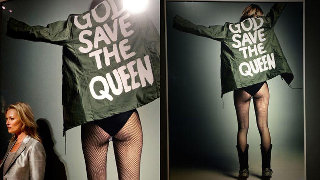 Esta imagen fue tomada por Craig McDean y muestra a Kate de espaldas vestida con una chaqueta verde que dice 'Dios salve a la reina'