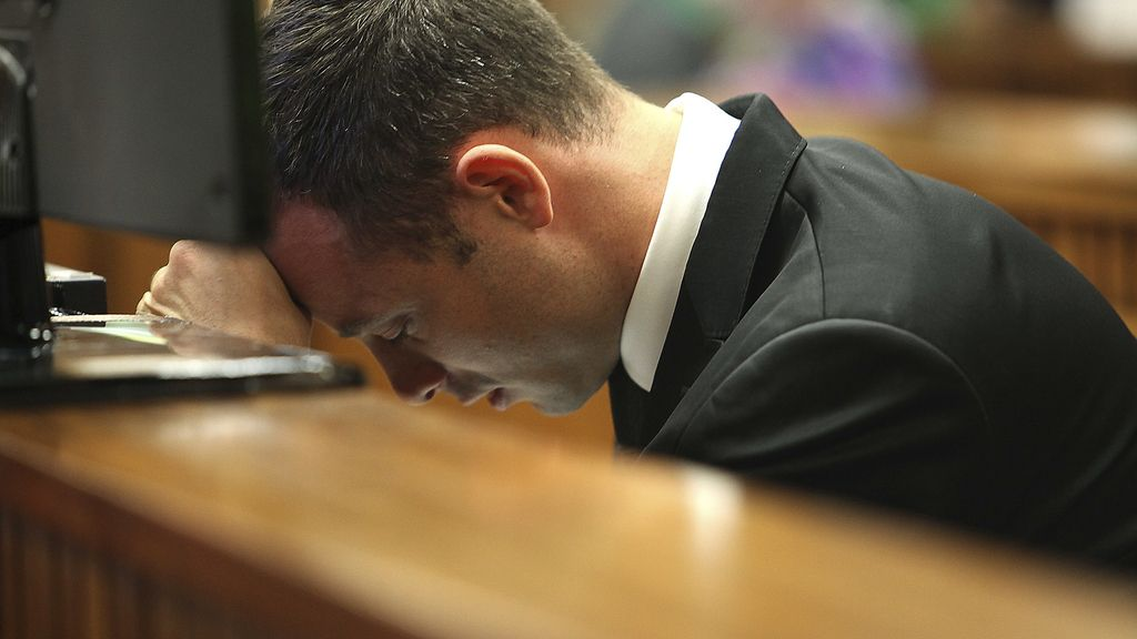Oscar Pistorius se derrumba durante el juicio