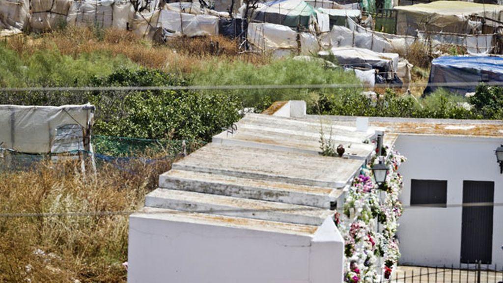 Cementerio y chabolas en Lepe