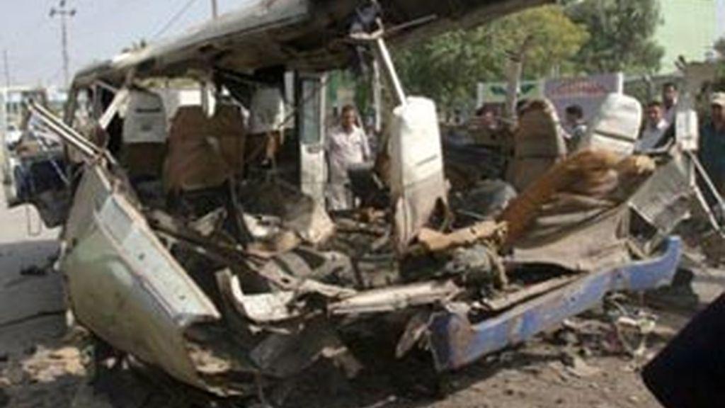 Los restos de un vehículo tras un atentado en Irak
