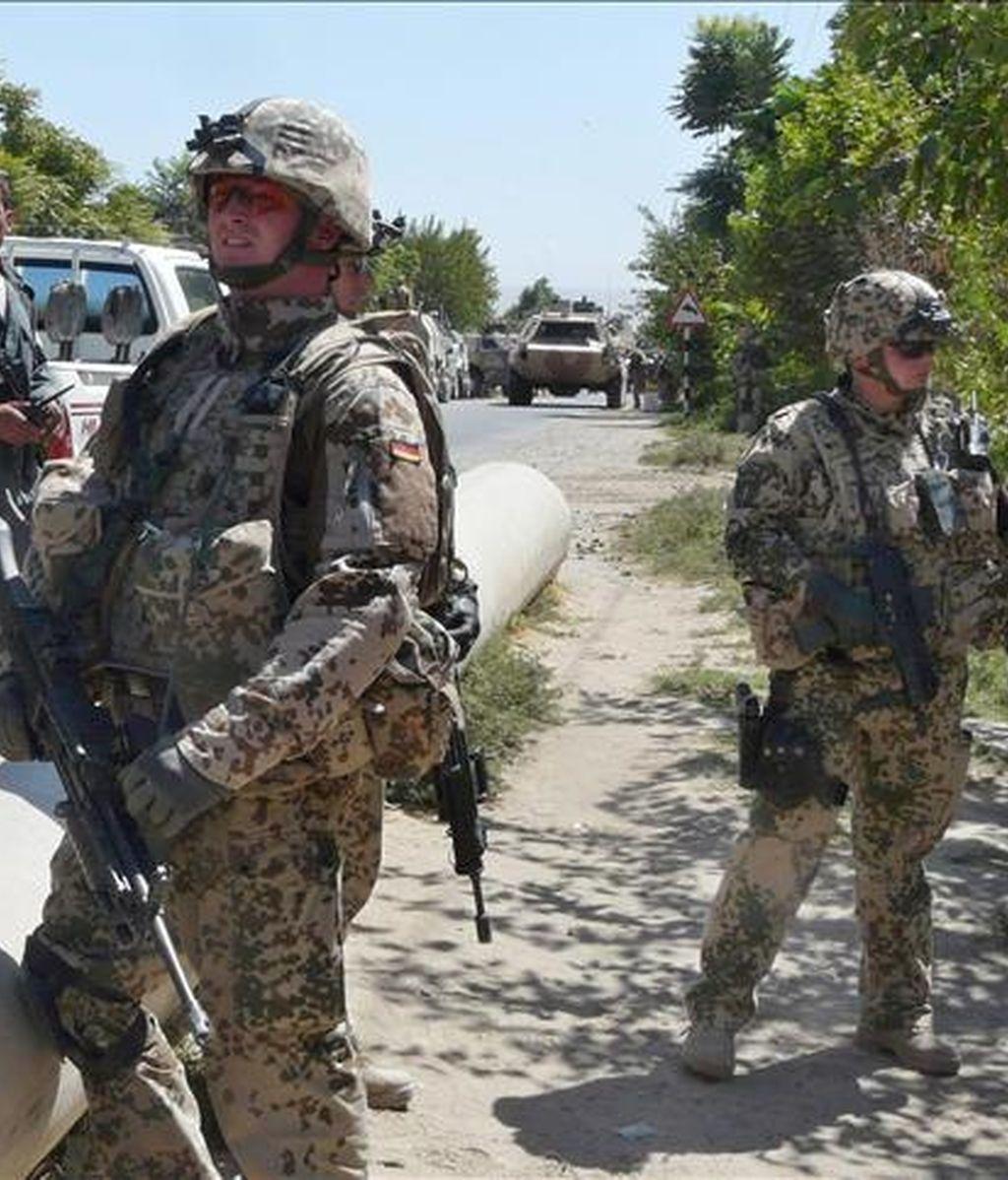 Soldados alemanes de la Fuerza Internacional de Asistencia a la Seguridad (ISAF) montan guardia en   Kunduz (Afganistán). EFE/Archivo