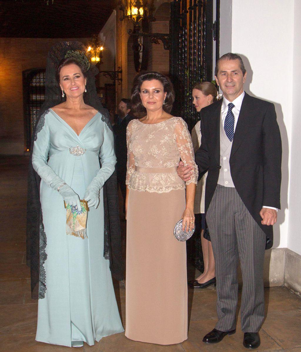 Carmen Tello con los padres de Eva Morejón