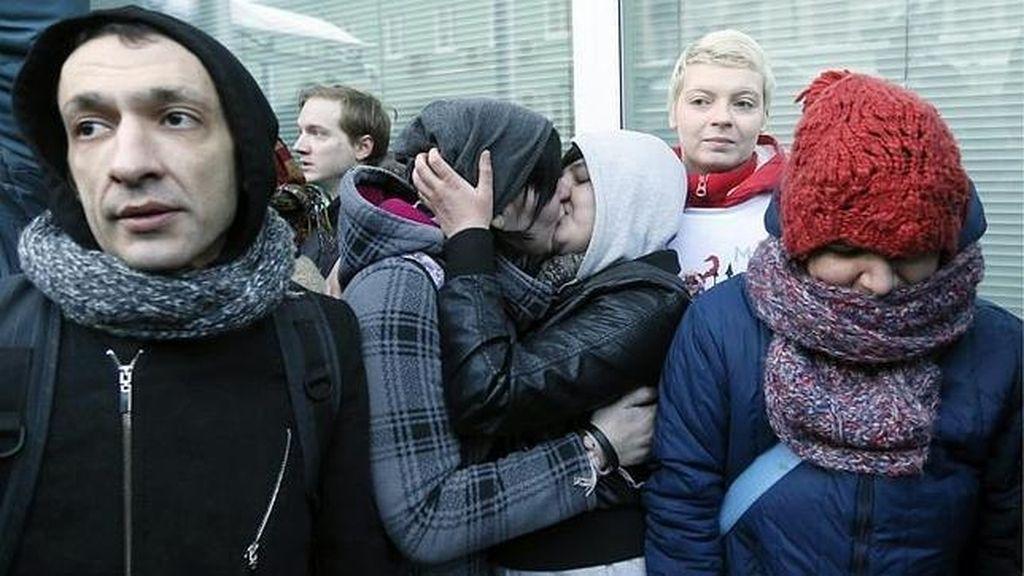 Imagen de archivo en la que dos mujeres se besan frente al Parlamento como protesta en favor a los derechos de los homosexuales
