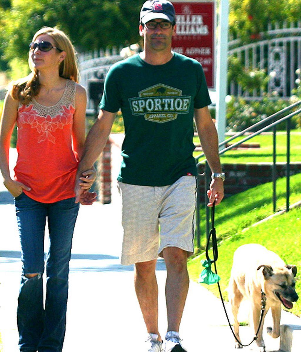 John Hamm se olvida de los Emmy con su mujer y su perra Cora