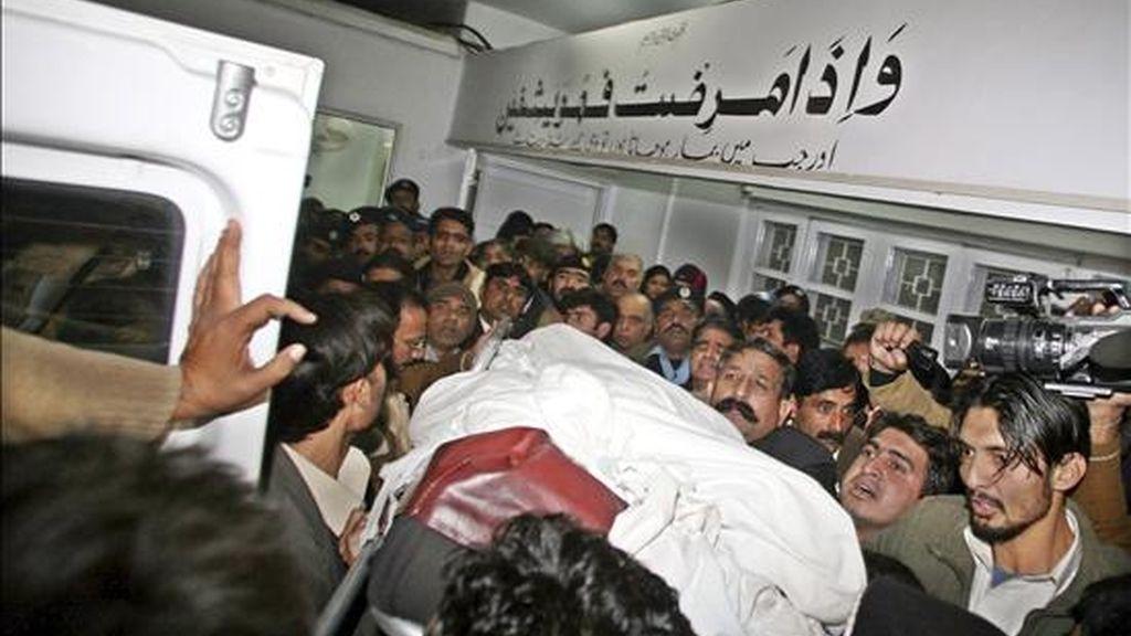 Personas reciben el cuerpo sin vida del gobernador de la provincia paquistaní oriental de Punyab, Salman Tasir, a su llegada a un hospital de Islamabad, Pakistán. EFE
