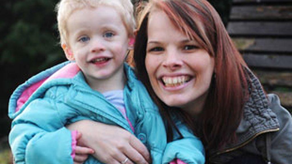 Penny Jarvis, junto a su hija de dos años. Foto: Iberpress