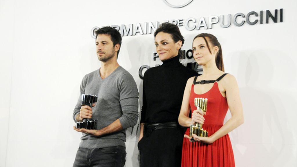 Hugo Silva y Aura Garrido junto a Laura Ponte, que ha diseñado las estatuillas de los premios Carmen