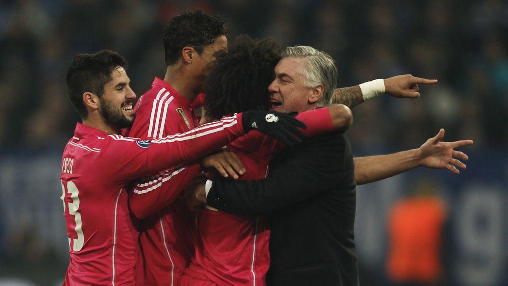Carlo Ancelotti celebra el gol de Marcelo con sus jugadores